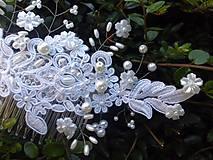 - snehobiely svadobný hrebienok do vlasov s bielymi perlami - 8207989_
