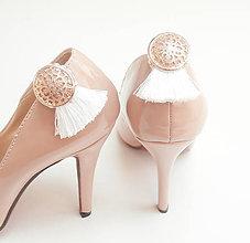 Obuv - Klipy na topánky - biele strapce so zlatým gombíkom a štrasom - 8209497_