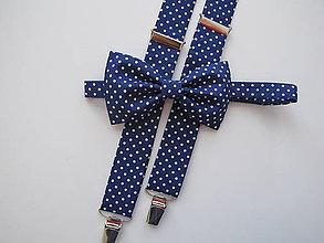 Doplnky - Pánsky motýlik a traky- bodkovaný set v modrom - 8230224_