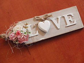 Dekorácie - Tabuľka LOVE s ružovo-ivory kvietkami - 8232622_