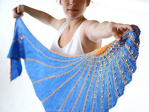 Šatky - FLUORESCENT SUN Pletená šatka z ručne farbenej merino vlny - 8234663_