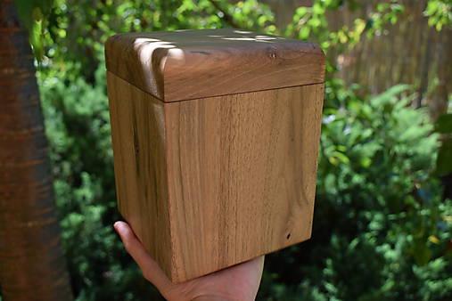 Urna z orechového dreva