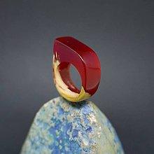 Prstene - Drevený prsteň: Červené pierko - 8257566_