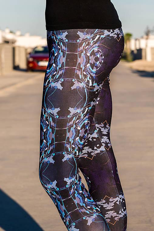 Farebné elastické legíny s motívom autorského obrazu: Nine