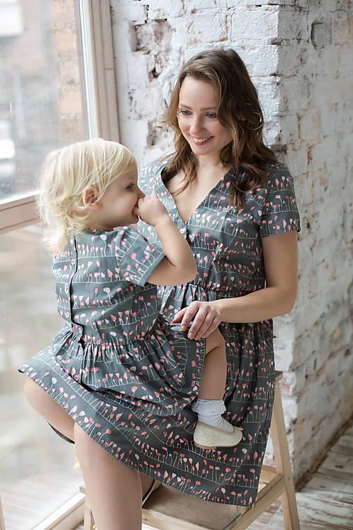 """Šaty - Tmavošedé šaty s výstrihom do V, so vzorom """"Lupienky farby flamingo"""" - 8264696_"""