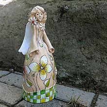 Socha - medzi kvetmi - anjel, zvonec - 8266908_