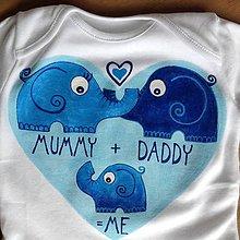 """Detské oblečenie - Maľované sloníkové rodinné body s nápisom """"mummy + daddy = me"""" / """"mamka +ocko=ja"""" (chlapčenská verzia) - 8269848_"""