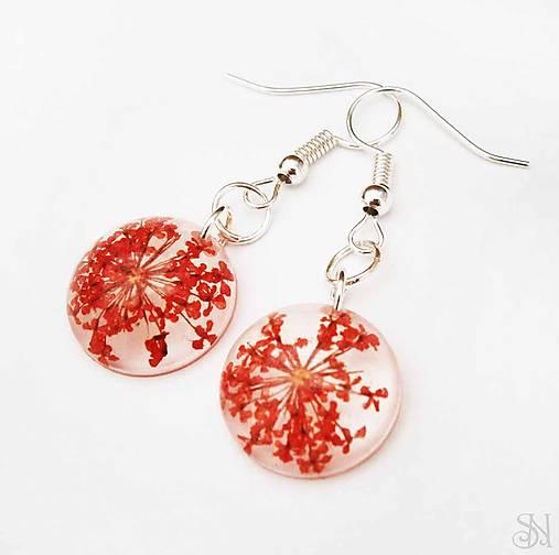 Malé kruhové náušnice zo živice s červenými kvetmi   natalyss ... c8529f2532f