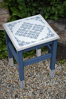 Nábytok - Modrobiely stolík - skoro ako z Grécka - 8272613_