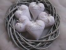 Biele svadobné srdiečká s levanduľou