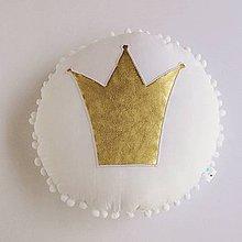 Textil - Vankúšik so zlatou korunkou v bielom - 8292173_