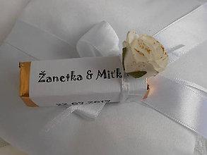 Darčeky pre svadobčanov - Svadobná čokoládka pre hostí s bielou ružičkou - 8297819_