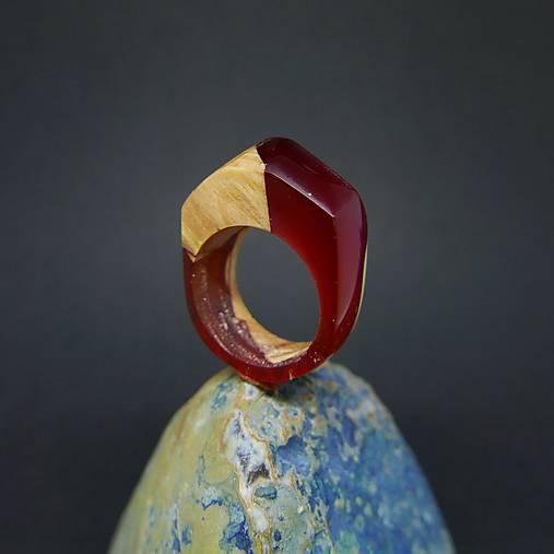 Drevený prsteň: Ruže za plotom