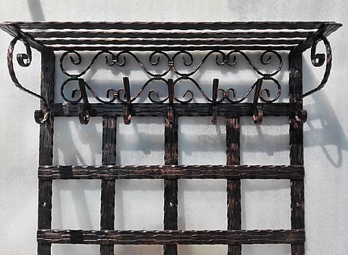 Kovaná vešiaková stena s policou