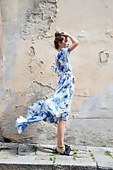 Šaty - Pompézne bavlnené šaty s modrými kvetmi- zľava - 8301481_