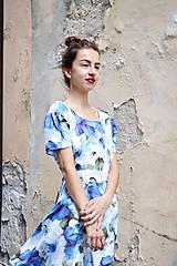 Šaty - Pompézne bavlnené šaty s modrými kvetmi- zľava - 8301482_