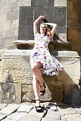 Šaty - Biele kvetované šaty s kruhovou sukňou - zľava  - 8303756_