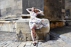 Šaty - Biele kvetované šaty s kruhovou sukňou - zľava  - 8303758_