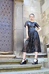 Šaty - Čierne koženkovo-tylové šaty femme fatale - 8303826_
