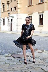 Šaty - Čierne koženkovo-tylové šaty femme fatale - 8303828_