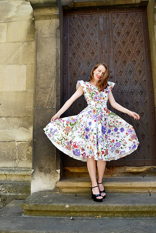 Biele kvetované šaty s kruhovou sukňou - zľava
