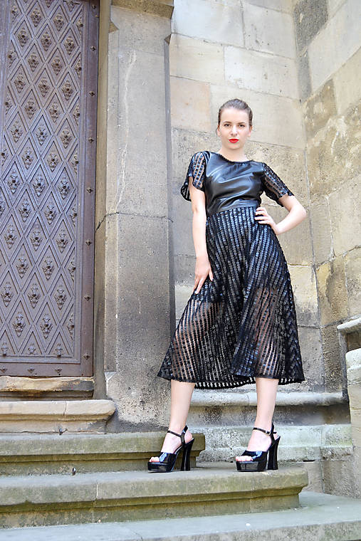 Čierne koženkovo-tylové šaty femme fatale