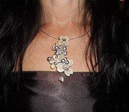 Náhrdelníky - pearls necklace, flowers 12 - 8307396_