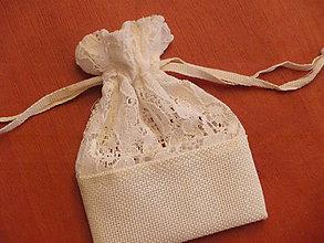 Darčeky pre svadobčanov - Vintage ivory vrecúška s krajkou - 8306393_