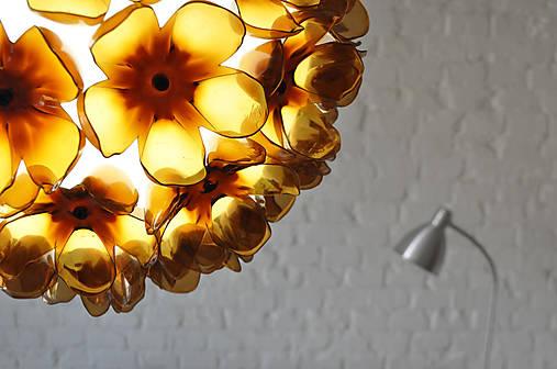 Závesná lampa z recyklovaných PET fliaš
