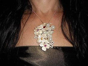 Náhrdelníky - white pearls flower náhrdelník - 8310468_