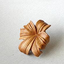 Odznaky/Brošne - Kvietková - drevená brošňa - 8311274_