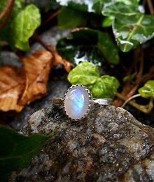 Prstene - Strieborný Prsteň s Dúhovým Mesačným Kameňom - 8311433_