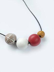 Náhrdelníky - Náhrdelník z drevených maľovaných korálok - 8318141_
