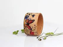Náramky - Lúčne kvety s motýľom - ručne maľovaný dámsky kožený náramok - 8318956_