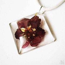 Náhrdelníky - Bordový kvet - štvorcový prívesok zo živice - 8326433_