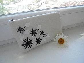 Taštičky - Filcová taštička s čiernymi kvetmi - 8325903_