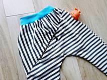 Detské oblečenie - Pasikave tepláky - 8328861_