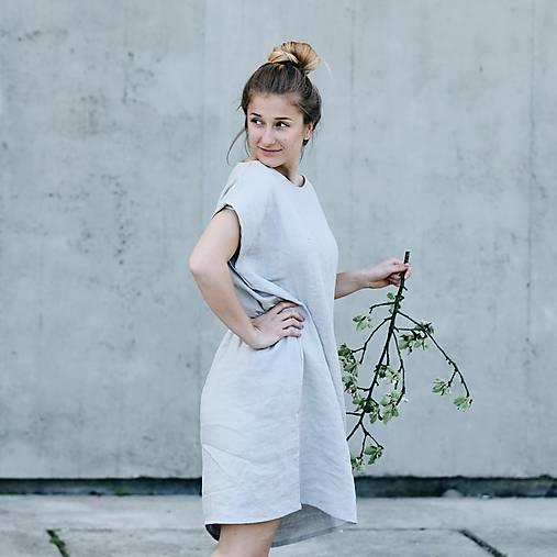 Šaty - Dámske oversized ľanové šaty bez rukávu - 8335621_