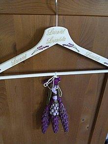 Dekorácie - Dekorační ramínko se 3 levandulovými paličkami - snítky levandule - 8334592_