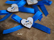 Svadobné pierka, srdiečka s iniciálkami na stužke modré