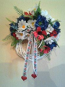 Dekorácie - FOLK svadobný veniec  so srdiečkami - 8345503_