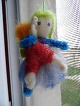 Dekorácie - dievčatko s bábikou - 8349527_