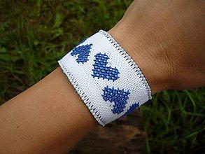 Náramky - FOLK náramok srdiečkový...bielo-modrý - 8355187_