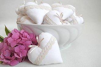 Darčeky pre svadobčanov - Svadobné srdiečka biele- krémová krajka - 8352720_