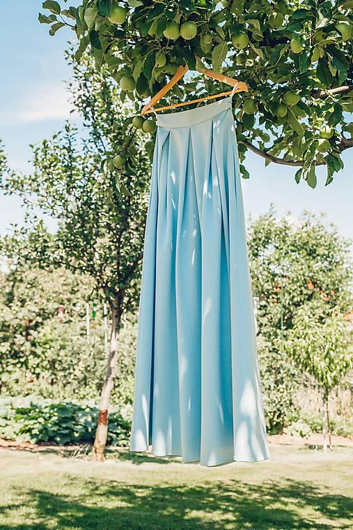 Bledomodrá skladaná sukňa Dyona