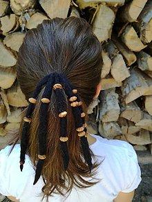 Ozdoby do vlasov - Čierny strapec s drevenými korálkami - 8363713_