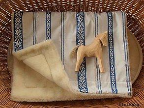 Úžitkový textil - Deka FOLKLÓR 100% ovčie rúno MERINO modrá výšivka - 8365193_