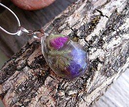 Náhrdelníky - Slzička s kvietkami - živicový náhrdelník (Živicová slza s kvietkami menšia- náhrdelník č.1056) - 8365664_