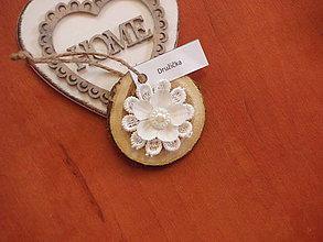 Darčeky pre svadobčanov - Menovka, magnetka, darček pre hostí s bielym kvetom - 8370232_