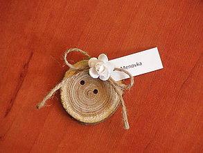 Darčeky pre svadobčanov - Gombík s bielou ružou - menovka, magnetka, darček pre hostí - 8370963_